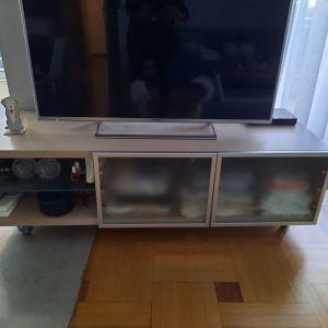Έπιπλο TV από φυσικό ανοιχτόχρωμο ξύλο τροχήλατο