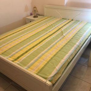 Κρεβάτι διπλό με κομοδινα