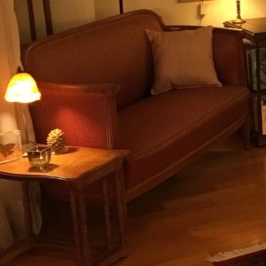 ΣΕΤ ΣΑΛΟΝΙΟΥ Καναπές, δύο Πολυθρόνες, έξι καρέκλες τραπεζαρίας, Αντίκες του 1920.  Τιμή Καναπές 850,00 €. - Δύο πολυθρόνες 850,00 €- τιμή έξι καρεκλών 600 €, Σύνολο του σετ σαλονιού 2300 €