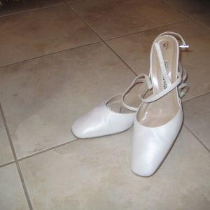 παπουτσια χρωμα του παγου μπουρναζος λιγο φορεμενα