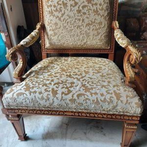 Πολυθρόνα με σκαλιστό ξύλινο σκελετό σε άριστη κατάσταση