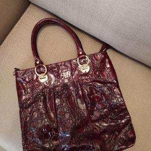 Δερμάτινη τσάντα κροκό, ώμου με χρυσές λεπτομέρειες.