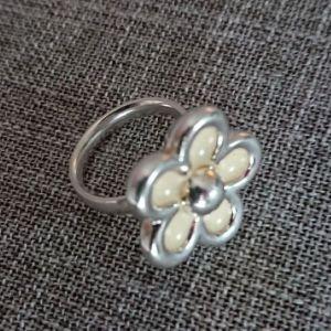 Folli Follie επάργυρο δαχτυλίδι με λουλούδι από λευκό σμάλτο