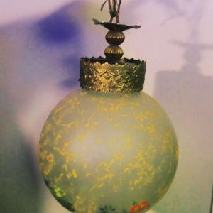 Παλιό φωτιστικό με χειροποίητο σχέδιο στο τζάμι