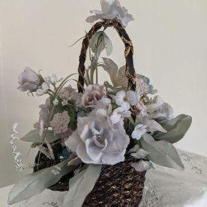 Καλάθι με διακοσμητικά λουλούδια.