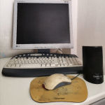 LG οθόνη υπολογιστή μαζί με το πληκτρολόγιο και το ποντίκι.