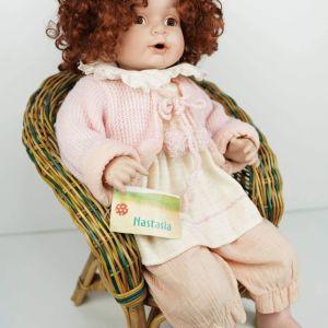 Μεγάλη πορσελάνινη κούκλα Γερμανίας με την καρέκλα της