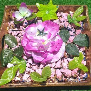 Ξύλινο γερο δισκάκι ζωγραφισμένο, με φυσικά πετραδάκια και ψεύτικα λουλούδια. Μαζί με πιάτο πορσελάνινο διακοσμητικό, με φυσικά λουλούδια, ζωγραφισμένο σε χρυσό χρώμα