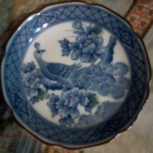Δύο παλιά ιαπωνέζικα, πορσελάνινα πιάτα, ζωγραφισμένα στο χέρι.