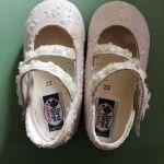 Ολοκαίνουρια βρεφικά παπουτσάκια για κορίτσια.