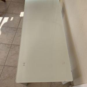 Τραπέζι σαλονιού με γυάλινη επιφανεια