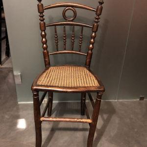 παλιά καρέκλα ξύλινη με ψάθα