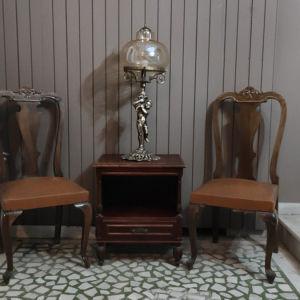 καρέκλες και κομοδίνο όλα μαζί