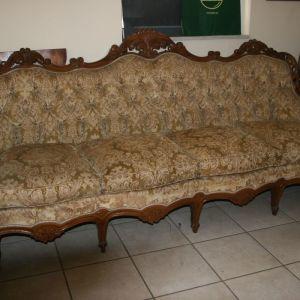 Καναπές 4 θέσεων και δύο πολυθρόνες.