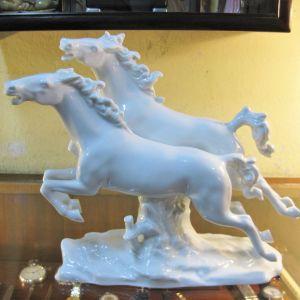 Πορσελάνινη παράσταση με άλογα