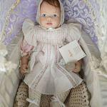 Συλλεκτική κούκλα βινυλίου Sigikid μέσα σε ρομαντικό καροτσάκι (limited edition)