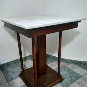 Τραπέζι με πολύ όμορφη βάση και.λευκο μάρμαρο. Ταιριάζει παντού. Τελείως καινούργιο.