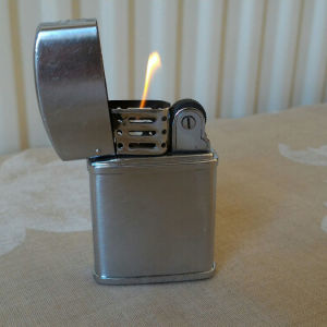 Αναπτήρας Zenith, δεκαετίας'60. Λειτουργεί με ζιπέλαιο. Διαστάσεις: 5,5χ3,5 εκατοστά