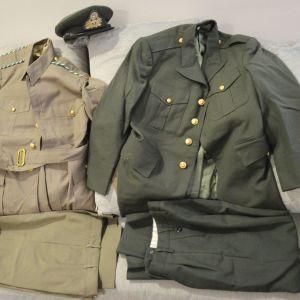 Δυο πλήρης στολές μία θερινή τύπου ''αφρικάνα'' της δεκαετίας 1970 και δεύτερη επίσημη στολή Νο8 αξ\κών μαζί με πηλήκιο