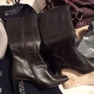 αχρησιμοποίητο ζευγάρι γυναικείες μπότες πωλειται