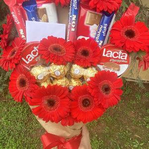 μπουκέτο με αληθινά λουλούδια και σοκολάτες .