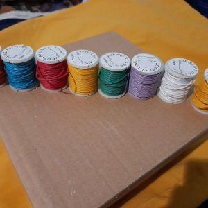 Διάφορα πολύχρωμα κουβαρακια για μακραμε