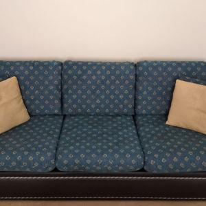 Πωλείται διθέσιος και τριθέσιος καναπές σε πολύ καλή κατάσταση. Το υλικό του είναι μαύρη δερμάτινη. Το ύφασμα του είναι καινούργιο και πλενόμενο.