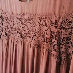 Φόρεμα με λεπτομέρειες από δαντέλα M