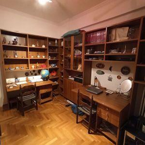 Βιβλιοθήκες γραφεία από ξύλο χρώματος καρυδιάς