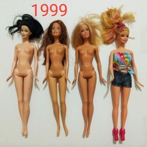 11 κούκλες Barbie κλπ και ρούχα.