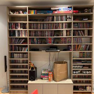 Σύνθεση Modeco για τηλεόραση, ράφια για DVD στο πάνω και ράφια για CD στο κάτω μέρος σε γκρι χρώμα