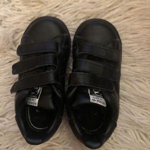 Μαύρα δερμάτινα βρεφικά παπούτσια sneakers Stan Smith