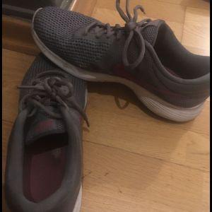 Nike shoes αυθεντικά 42,5 Νο πολύ μαλακα φορεμένα μια δυο φορες