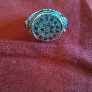 Ασημένιο παραδοσιακό δαχτυλίδι με σαβάτι και δύο φυσικές πέτρες από γρανάτη. Μέγεθος 57,15 η 8. Βάρος 9,05 γραμμάρια.