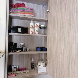 ντουλαπια αποθηκευσης με ραφια και σταστο παγκο