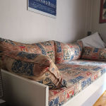 Κρεβάτι μονό με συρόμενο μηχανισμό και δεύτερο κρεβάτι.