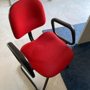 2 καρέκλες υφασμάτινες (dromeas) χωρίς ροδάκια (η τιμη ειναι ανα τεμαχιο). Σε κοκκινο χρωμα