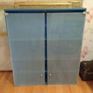 Ξύλινη ντουλάπα με γυάλινες πόρτες