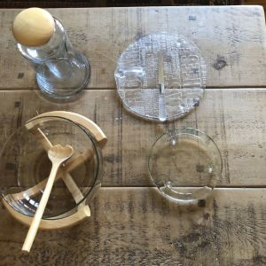Σετ με σαλατιέρα-κανάτα κρασιού και γυάλινους δίσκους για τυρί