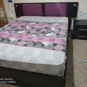 κρεβατοκάμαρα διπλή με στρώμα και κομοδίνα