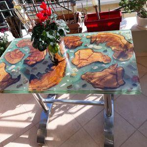 Χειροποίητο μοναδικό χαμηλό τραπέζι σαλονιού διαστάσεων 94x56cm, διακοσμημένο με ξύλο, όστρακα και πέτρες.
