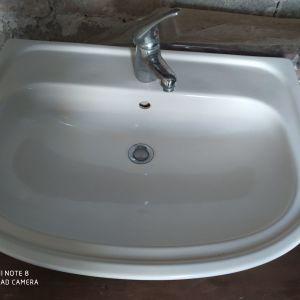 Νιπτήρας μπάνιου , πορσελάνη,σε πολύ καλή κατάσταση αι καθρέφτη