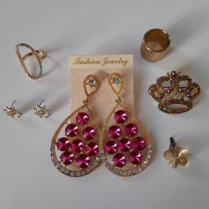 Ένα ζευγάρι σκουλαρίκια κρεμαστά, ένα δεύτερο ζευγάρι σκουλαρίκια, ένα στολίδι για το λαιμό, μία καρφίτσα, ένα δακτυλίδι με στρας και ακόμα ένα δακτυλίδι ως δώρο.