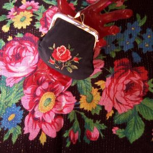 Vintage βαμβακερό μαντήλι & vintage πορτοφόλι κεντημένο μικρό.