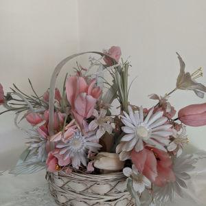 Ψάθινο καλάθι με λουλούδια