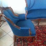 Σαλόνι με καναπέ και δύο καρέκλες