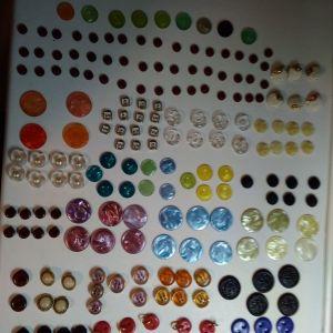 Διακόσια κουμπιά  σε διάφορα σχέδια και χρώματα