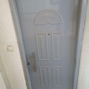 Πόρτα εισόδου γκρι χρώματος