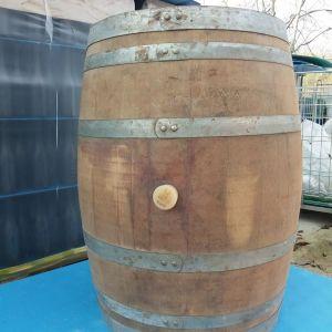 Δύο ξύλινα δρύινα βαρέλια