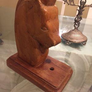Ξυλινο αγαλματιδιο προτομη αλογου που φερει οπες  για χρηση φωτιστικου οποιος επιθυμει υψους 20εκ με βαση 8-16 εκ σε πολυ καλη κατασταση Χειροποιητο εξ ´ολοκληρου